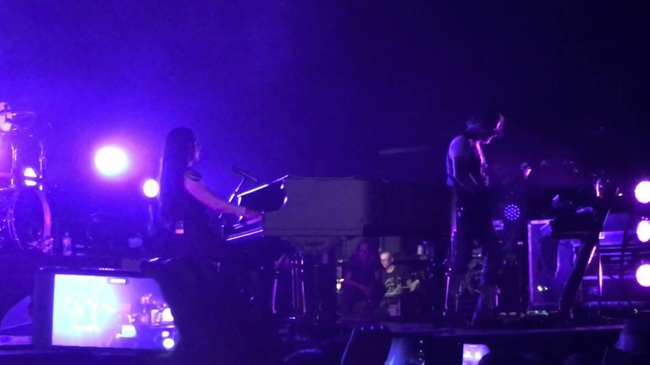 Evanescence: presta homenagem ao saudoso Prince com performance de 'Purple Rain'