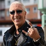 "Dee Snider some do palco durante ""We're Not Gonna Take It"" no Force Fest"