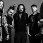 "Que tal ouvir um som novo do Korn: ""A Different World""."